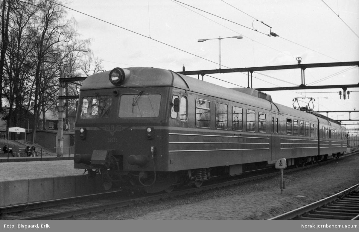 Elektrisk motorvognsett type 69 med styrevogn BS 69 633 fremst på Ski stasjon