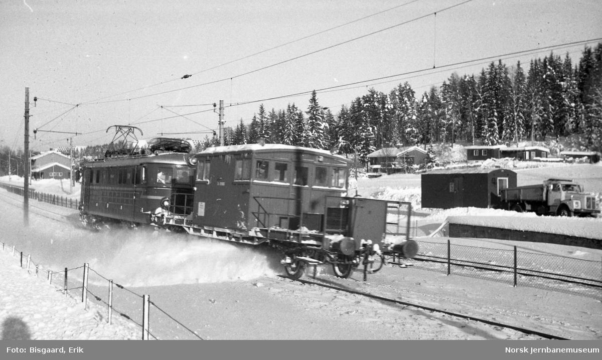 Sporrensertog med El 13 2133 og sporrenser Xs nr. 35003 på Østfoldbanen