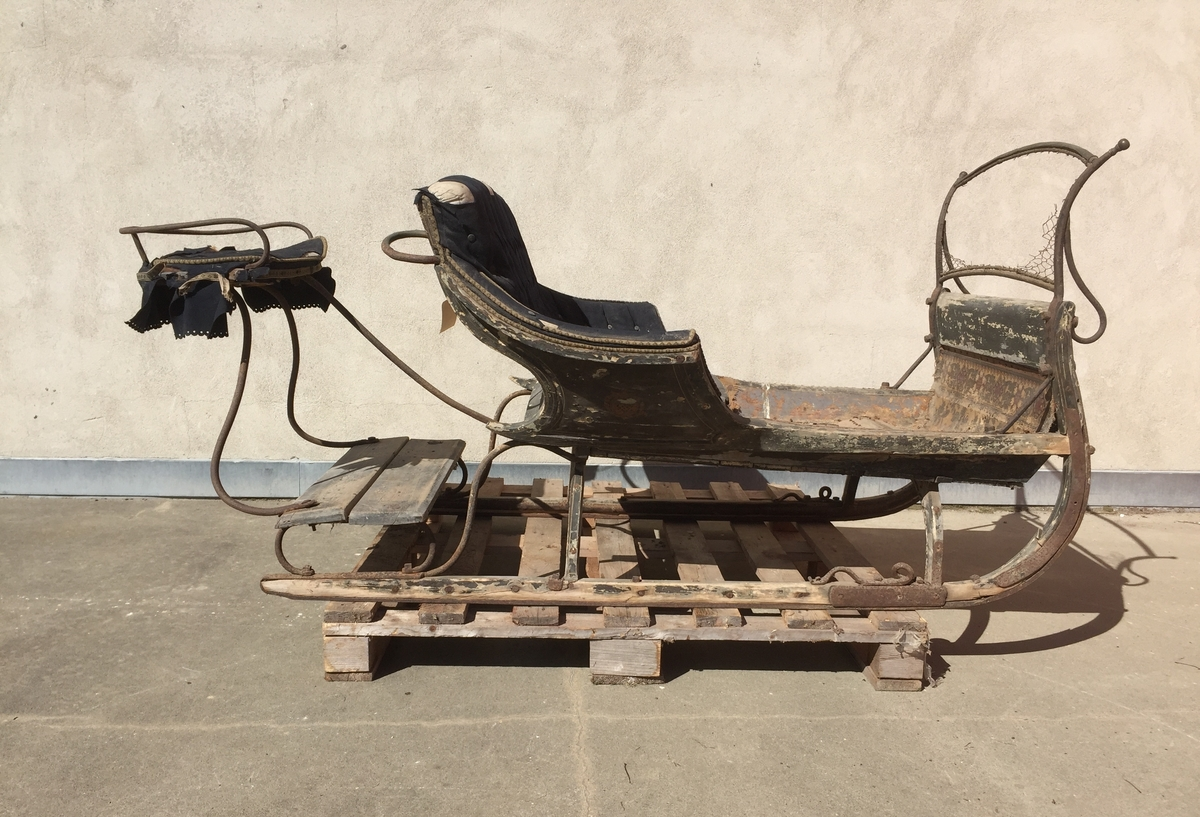 Slede for én hest til persontransport. Ett hovedsete  med svungen fasong for to personer. Hundsvott (sete) bak.