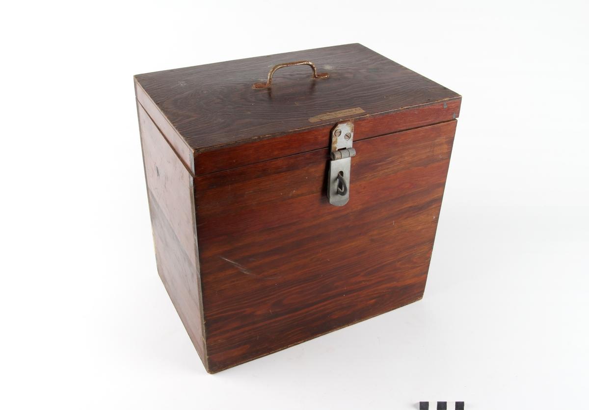 Kasse med syv trerammer med kostlære for produktene: brød, fisk, melk, kjøtt, bayerøl, portvin og brennevin.