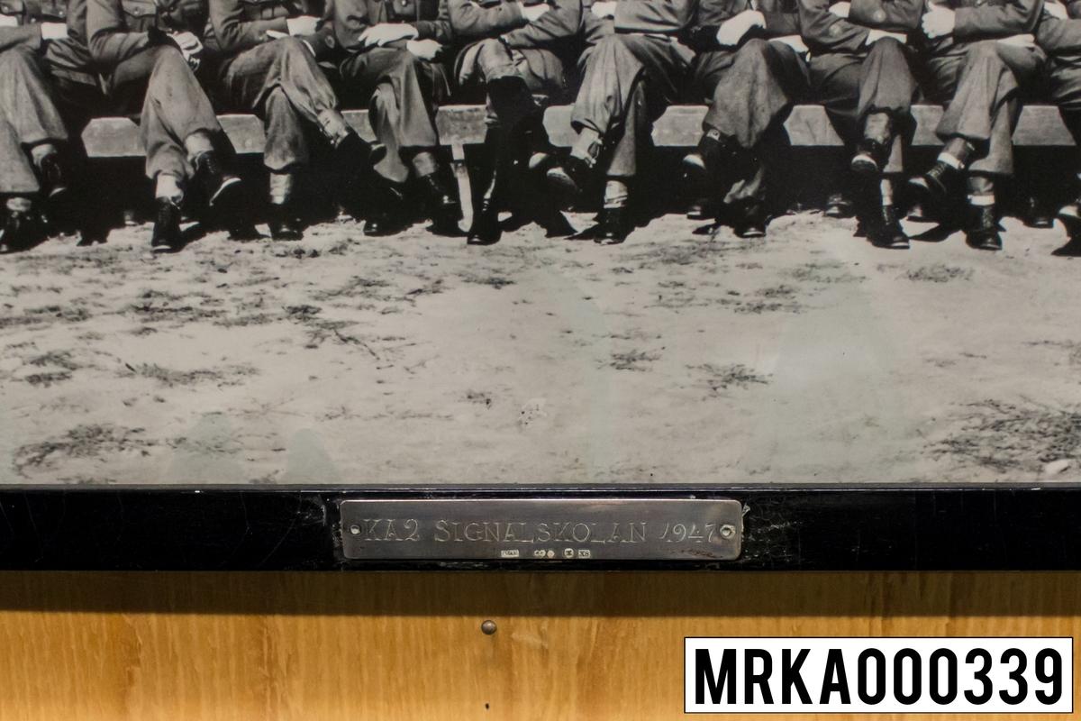 Fotografi taget på befäl och soldater som genomfört grundläggande soldatutbildning på 1:a Batteriet KA 2. Fotografiet taget på KA 2. Flobergs Foto 1947.