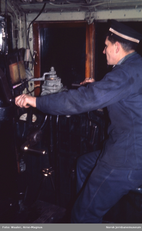 Damplokomotiv type 30a nr. 271 med lokomotivfører Sverre Aalerud