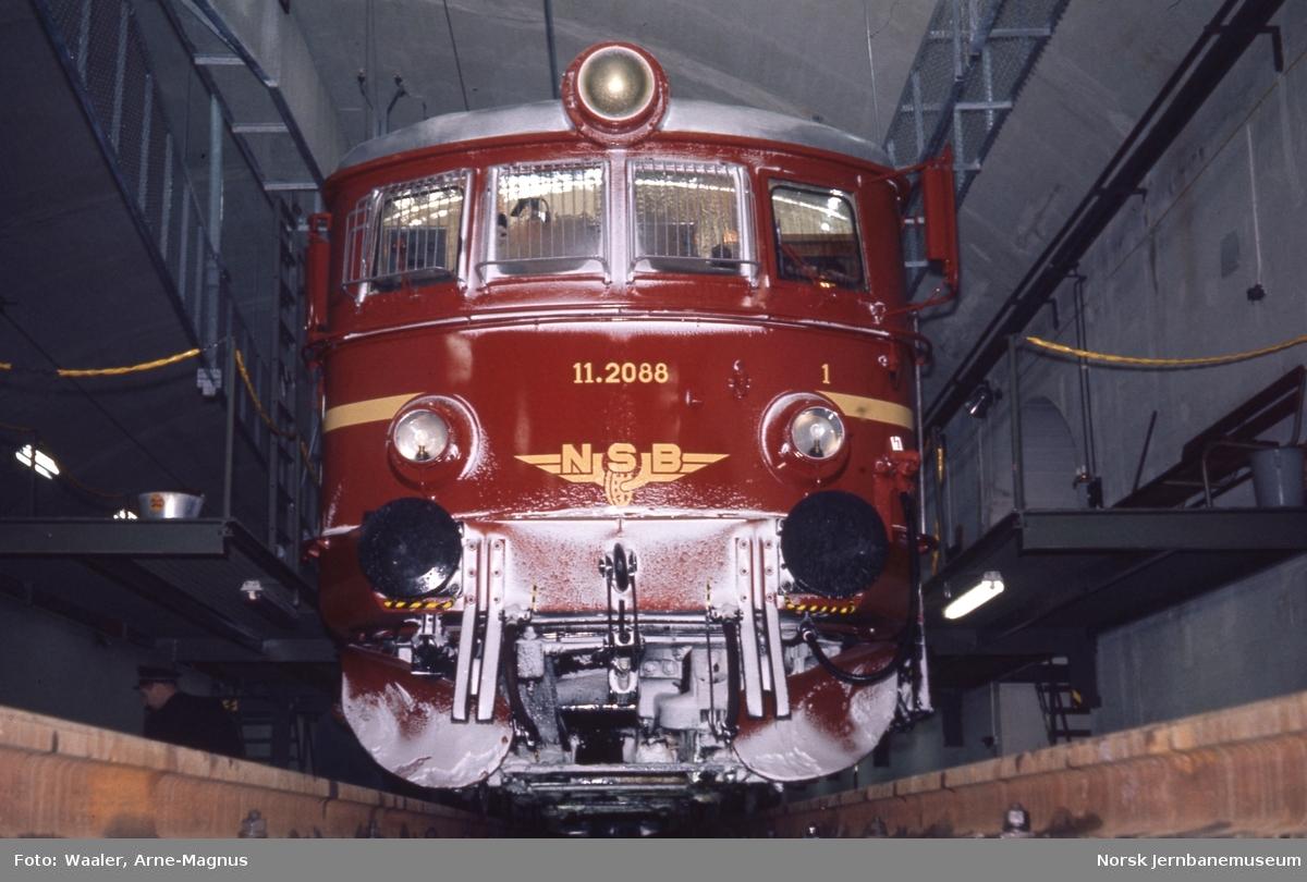 Nylakkert elektrisk lokomotiv El 11 2088 i fjellstallen i Lodalen