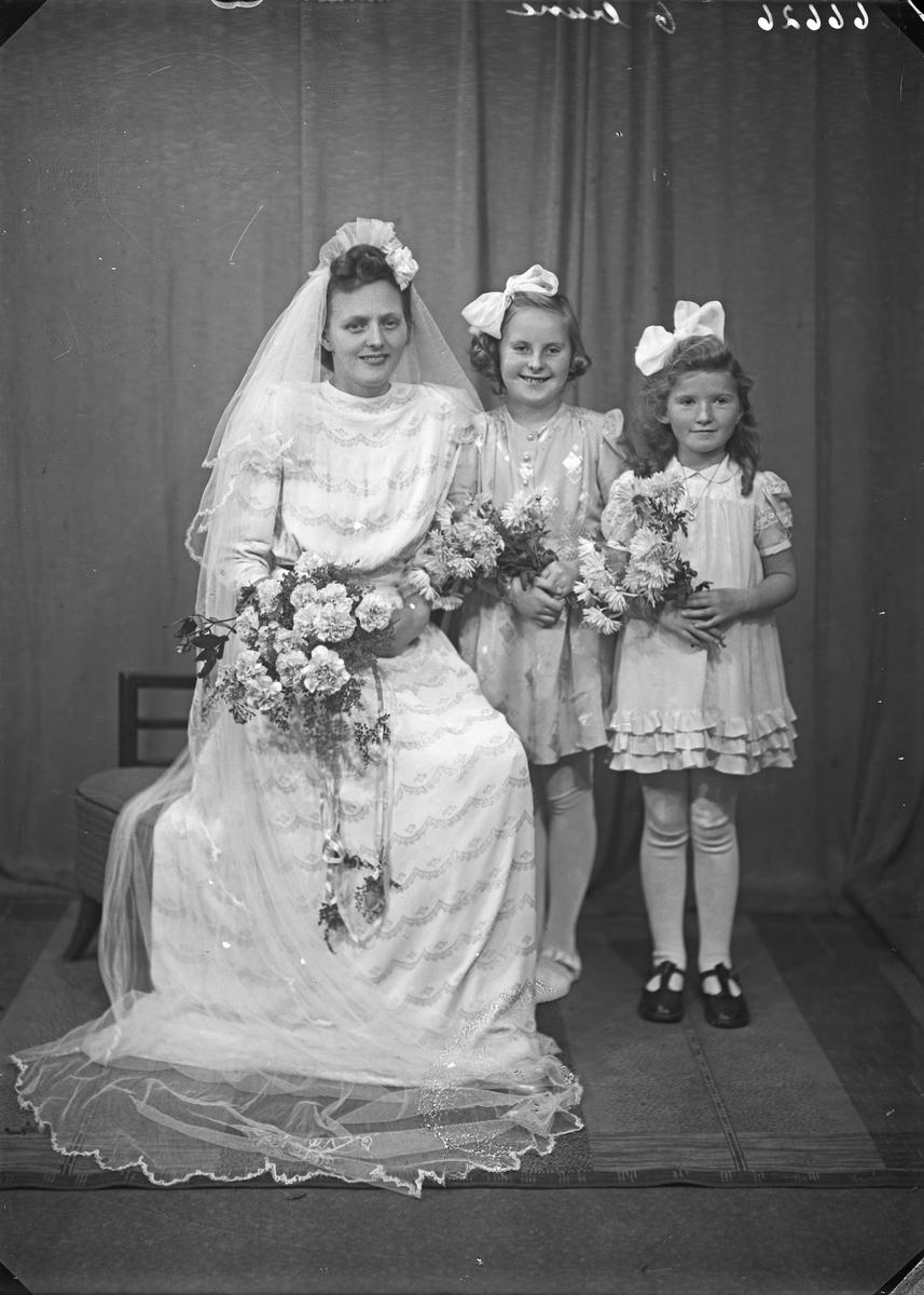 Portrett. Brud med to brudepiker. Bestilt av Erling Østebø. Thuhauggt. 7.