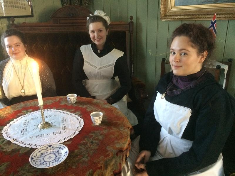 Victoria Nor, Kari Helene og Maren Sofie Løfsgård drikker kaffe i storstua i Gjersøyen på Odalstunet under Jul i stuene i 2017.