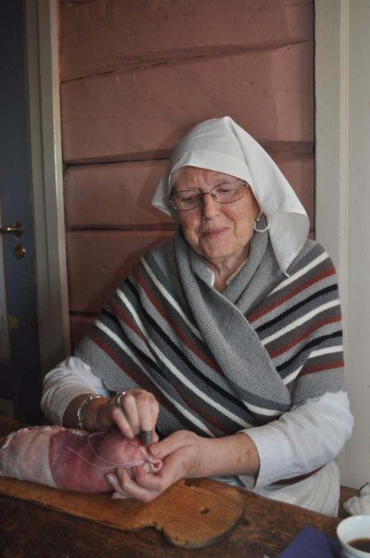 Eva Østby syr kjøttrull under Jul i stuene på Odalstunet.