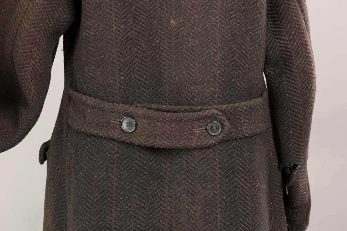 Form: Grovt ullstoff, stor krage, tre lommer.