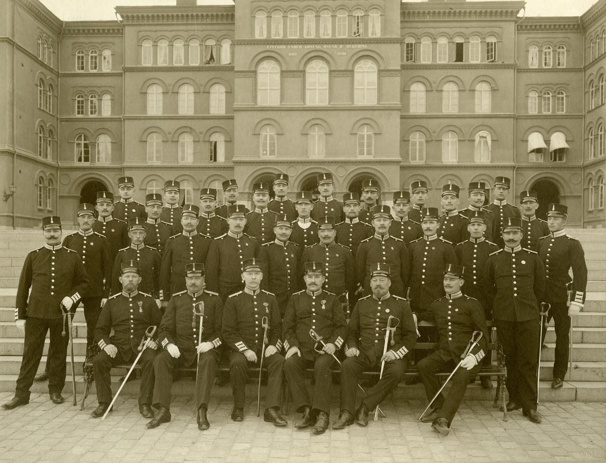 Svea eller Göta livgarde, officerskåren på trappan till regementsbyggnaden 1907.