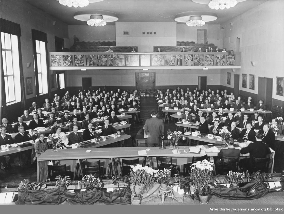 Tjenestemannslagets (NTL) tredje ordinære landsmøte i Folkets Hus, 31. oktober 1954. Forbundsmannen Thorvald Karlsen holder åpningstalen.