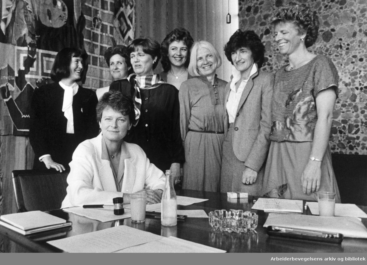 """Gro Harlem Brundtland og """"Kvinneregjeringen"""", mai 1986..Fra v. Helen Bøsterud, Gunhild Øiangen, Kirsti Kolle Grøndahl, Anne Lise Bakken, Vesla Vetlesen, Sissel Rønbeck, Tove Strand Gerhardsen"""