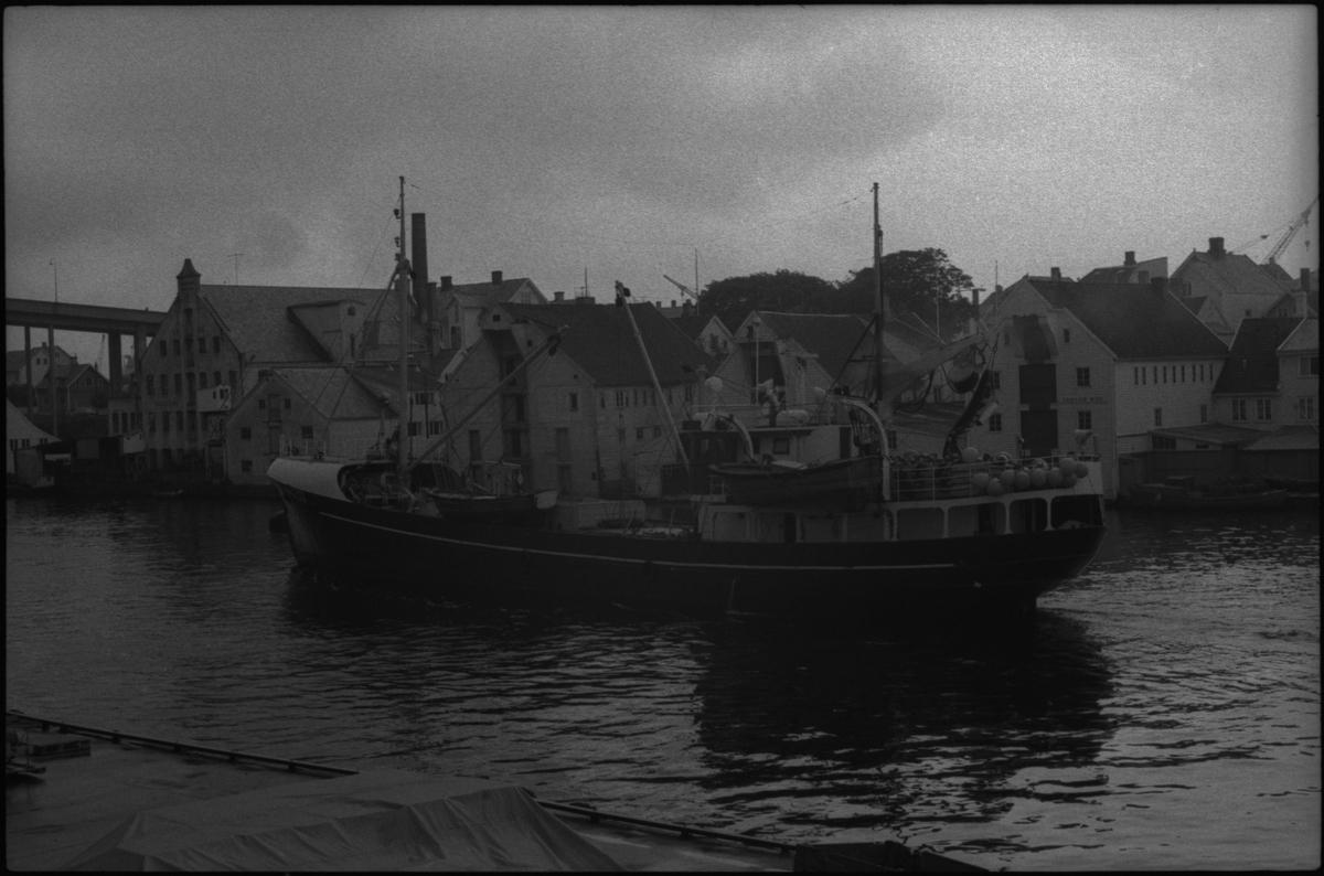 """En fiskebåt med registreringsnummer """"H-42-SD"""" i Smedasundet i Haugesund."""