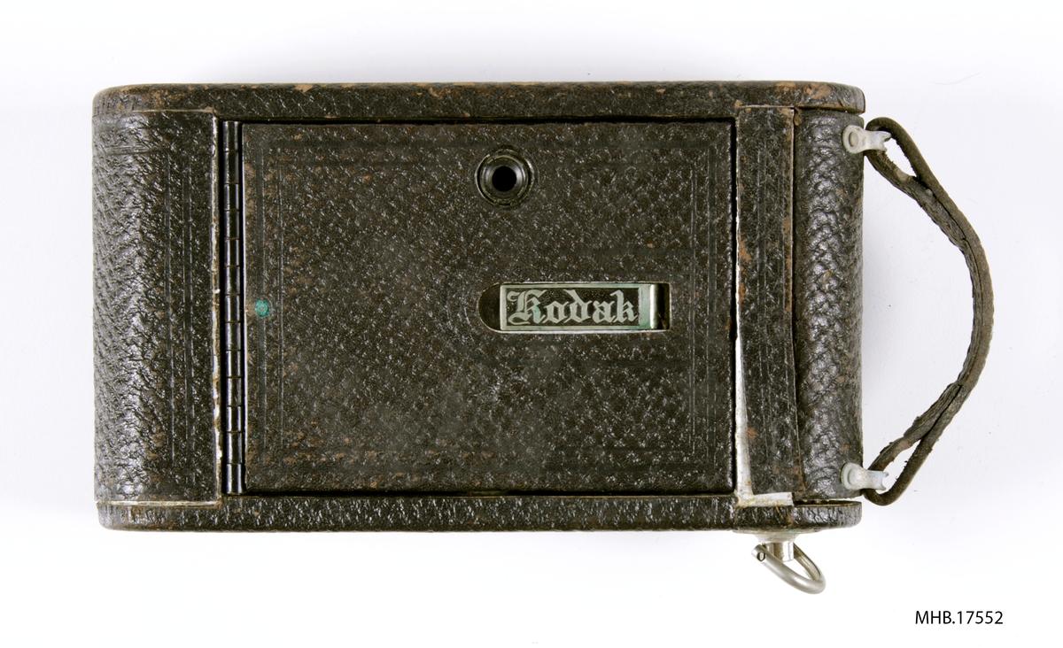 Folde fotoapparat No.1 Autographic Kodak Jr. Model A(Autographic Film No. A-120). Bausch & Lomb Rapid Rectilinear linse, avstandsinnstilling på US stops: 4 - 64 (equal to f/8-f/32); Kodak Ball Bearing Shutter 1/25, 1/50, +B & T. Kamera Serial No. 346741, produksjonssted  Eastman Kodak Co., Rochester, N.Y., USA.