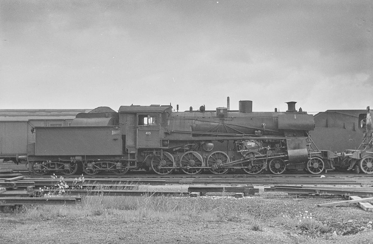 Damplokomotiv type 26c nr. 413 på Marienborg ved Trondheim. Lokomotivet var hensatt og ble utrangert kort tid etter.
