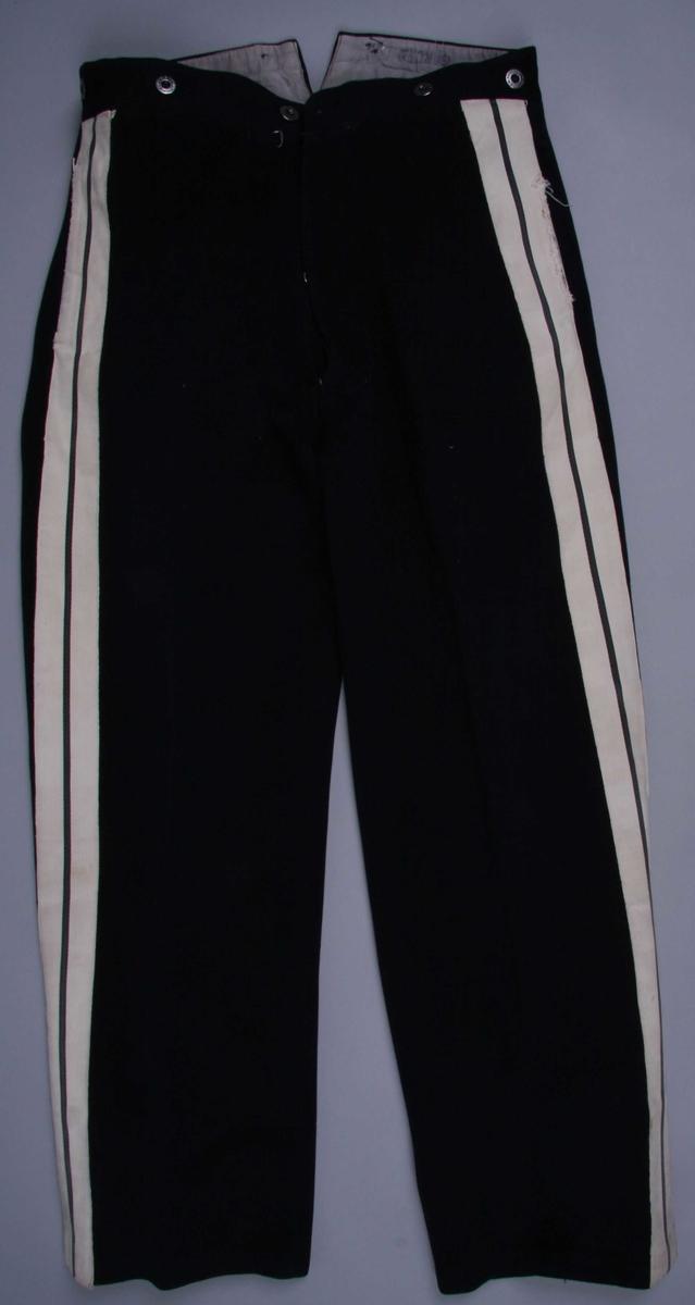 Uniform. Består av 2 jakker, 1 bukse og 1 lue.