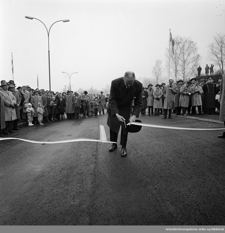 Strandpromenaden. Høytidelig åpning av Sjølystveien ved ortdfører Rolf Stranger. November 1959