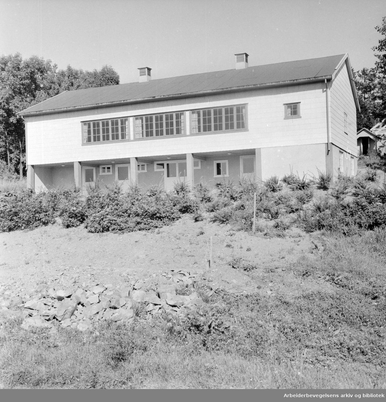 Solvang Hagekoloni har reist forsamlingshus på dugnad. September 1958