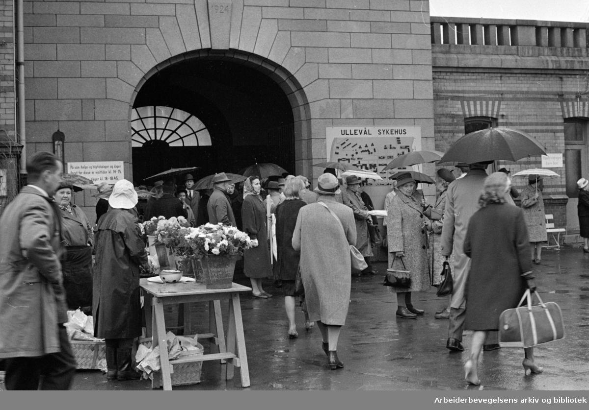 Ullevål Sykehus. Langt fram til ventehall. November 1963