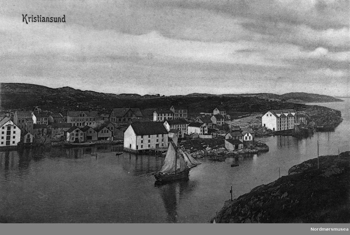 Kristiansund. Gomalandet. Jakt i Nordsundet, ved Nordholmen. Postkort ca 1890. Ludvig Williamsens klippfiskbrygge i Strandgata 48, til høyre i bildet, ble bygd 1886. Nordmøre museums fotosamling.