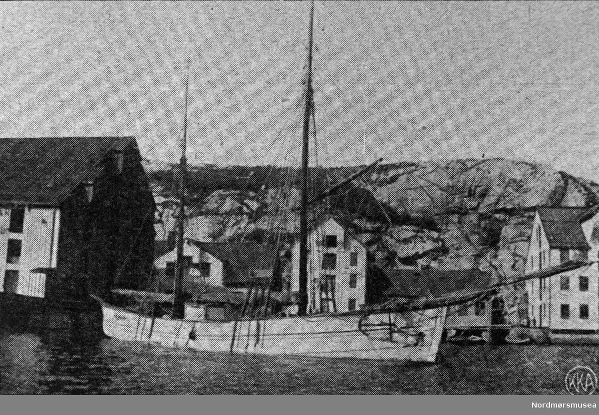 En galeas,  fraktebåt, til kai i Kristiansund. Innlandet? Ca 1900.  Postkort merket KKA. Nordmøre museums fotosamling.