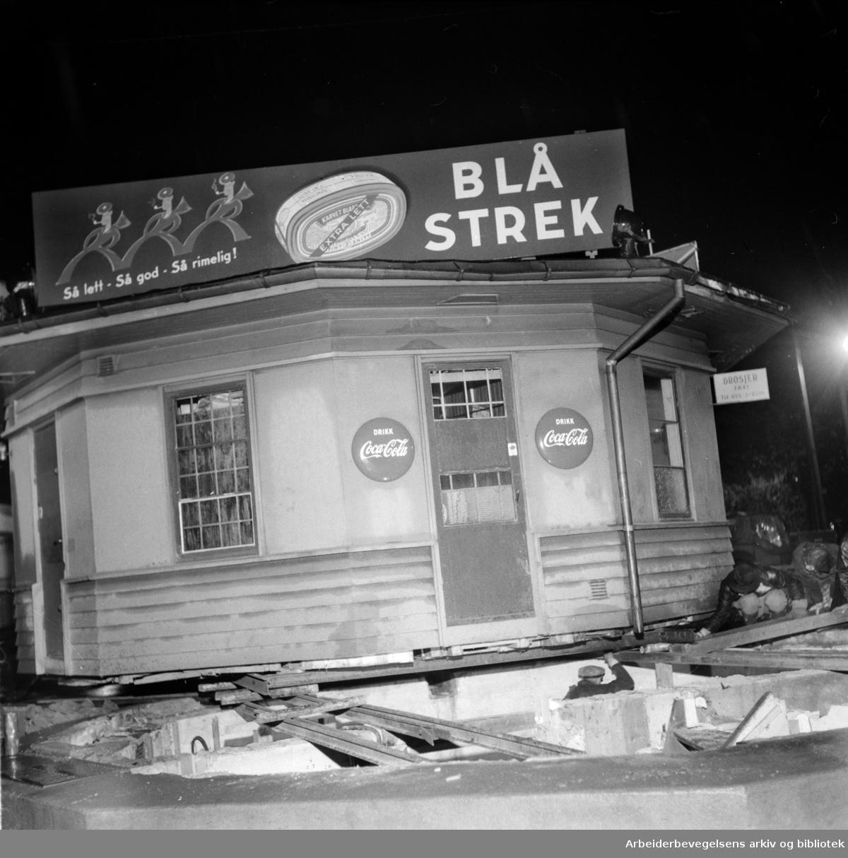 Sinsen.Kiosken i Sinsenkrysset.Oktober 1955