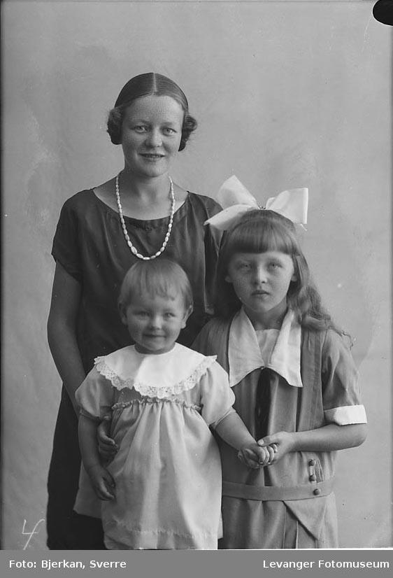 Gruppebilde kvinne og to jenter. kvinnen heter Målfrid Okkenhaug