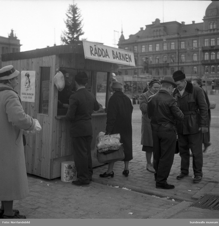 Rädda barnens lottförsäljning på Stora torget med julskinkor som pris.