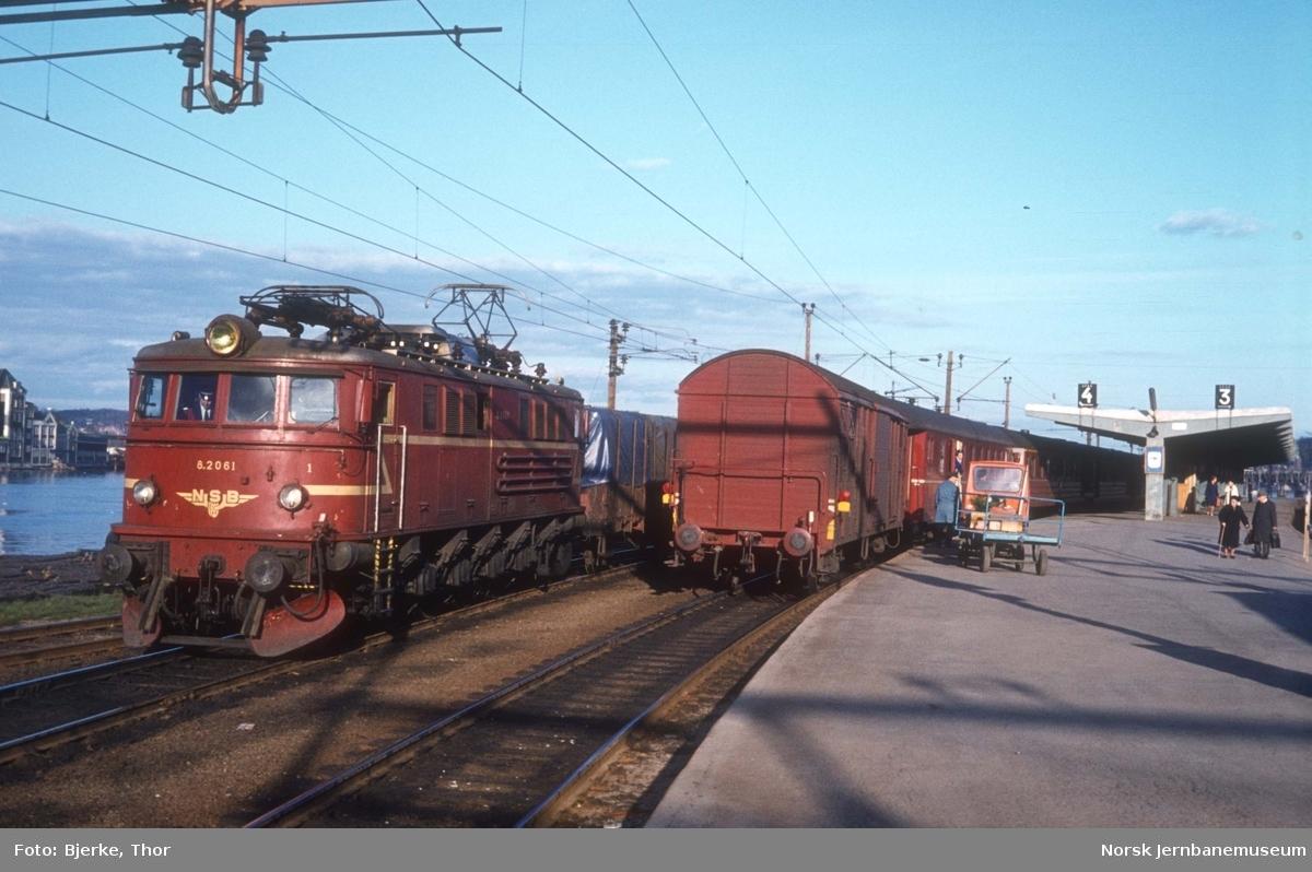 Lokomotiv El 8 2061 med godstog på Drammen stasjon
