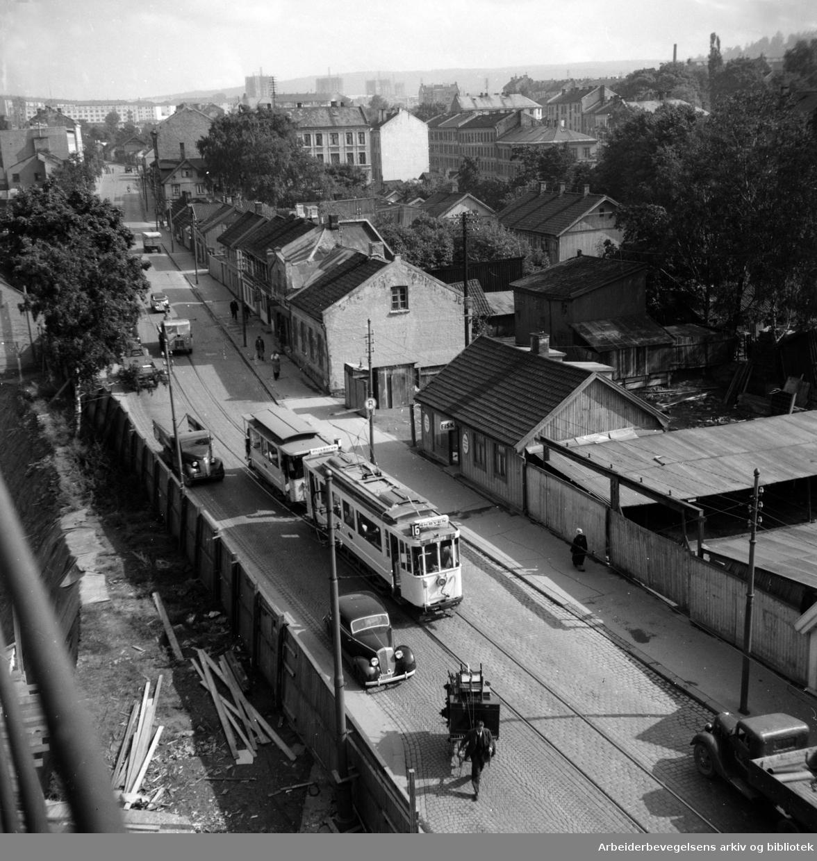 Vålerenga. St. Halvards gate /Strømsveien. Murbygget i midten er St. Halvards gate 79. September 1946