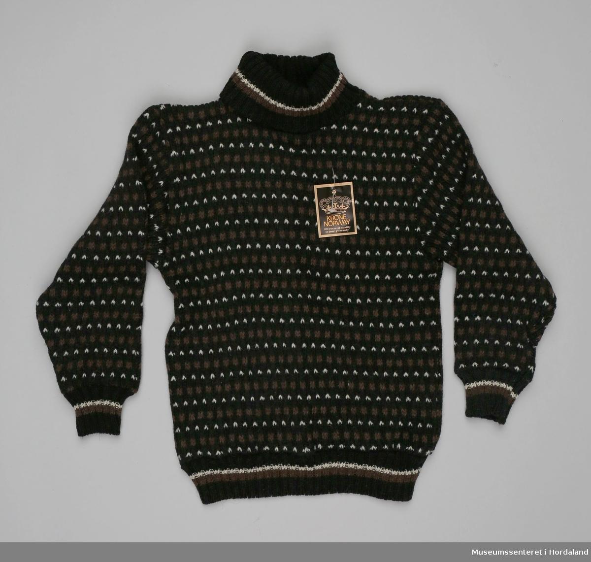 Høghalsa ullgenser/islender i svart, brunt og kvitt, med stripete vrangborder.