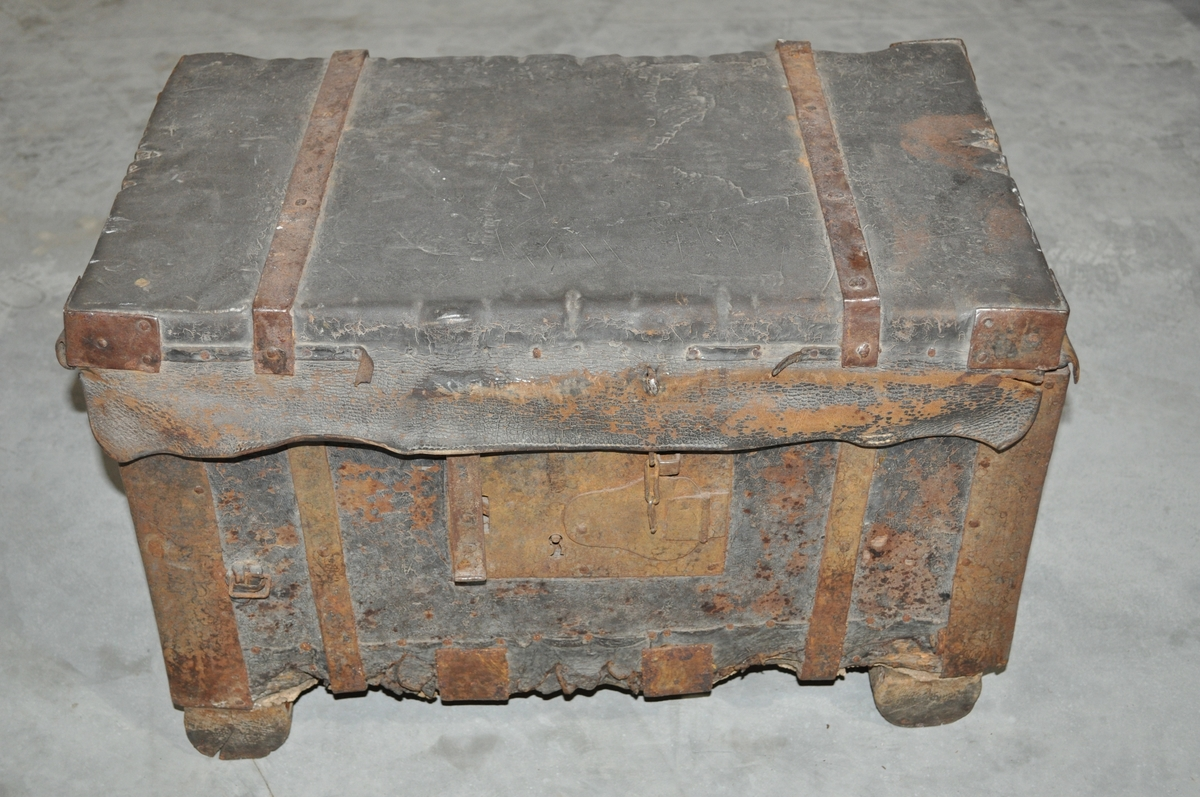 Kista er laget av treverk, kledd med lær utvendig. Jernbeslag på hjørner og rundt kista. Låskasse og ekstralås med kjetting.  Bærehåndtak i jern i endene.