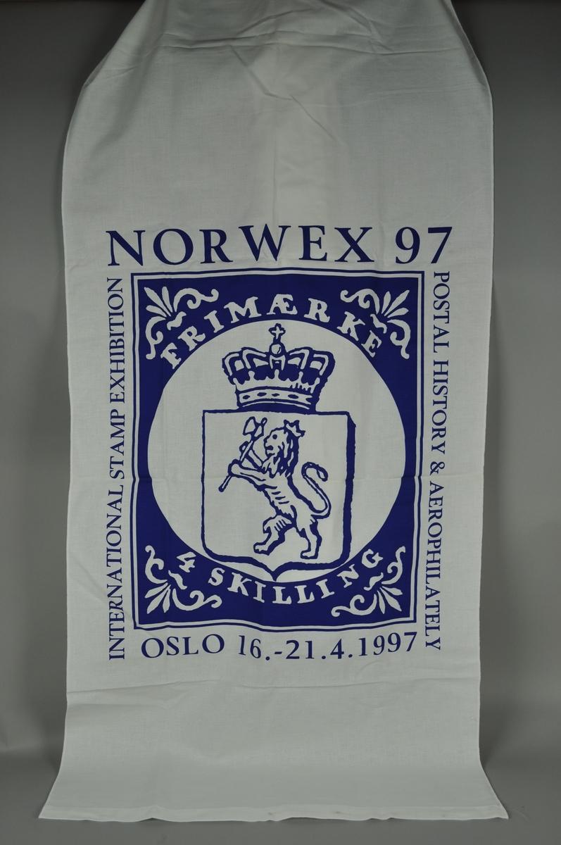Hvit avlang banner med blått trykk. Motivet har frimerkemotiv og skrift rundt motivet.