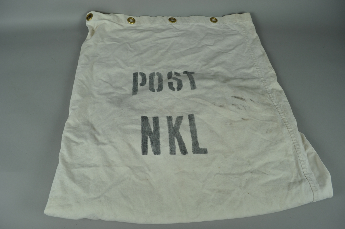 Skipssekk med ordet post og bokstavene NKL. Maljer for gjensnøring og bærehåndtak i bunnen.