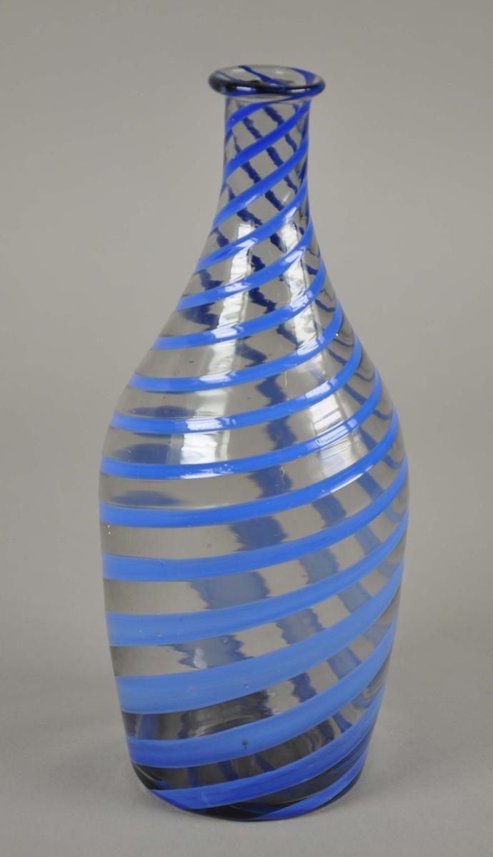 Vase av glass, med påmalte blå spiralmønstre.