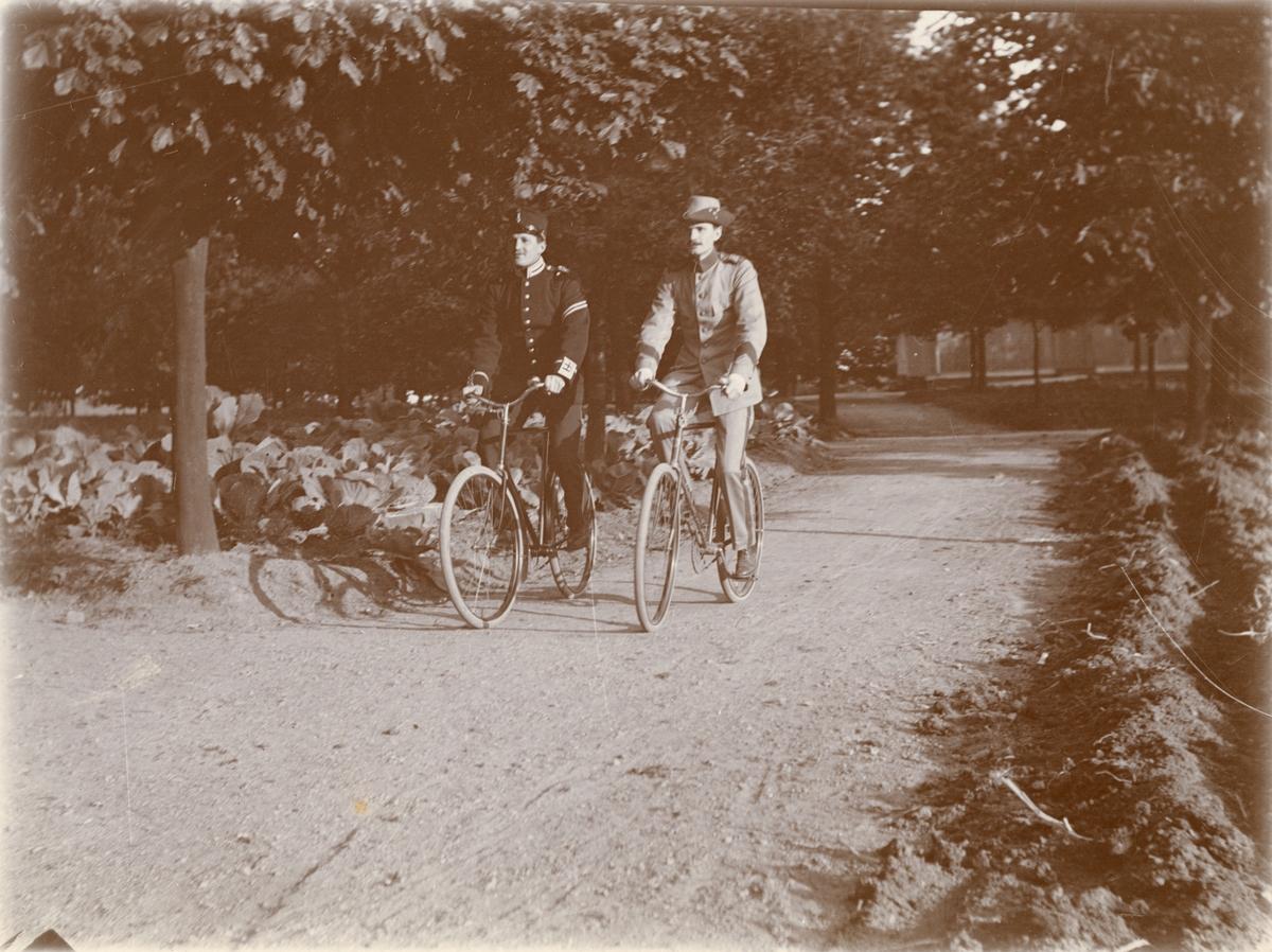 Två soldater vid Göta livgarde I 2 på cykel.
