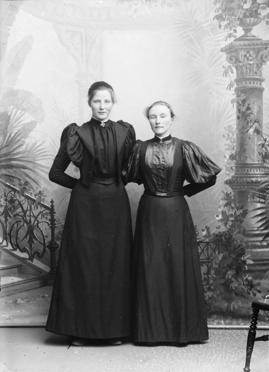 Portrett av Gina Olsen til venstre, Karen Olsen til høyre