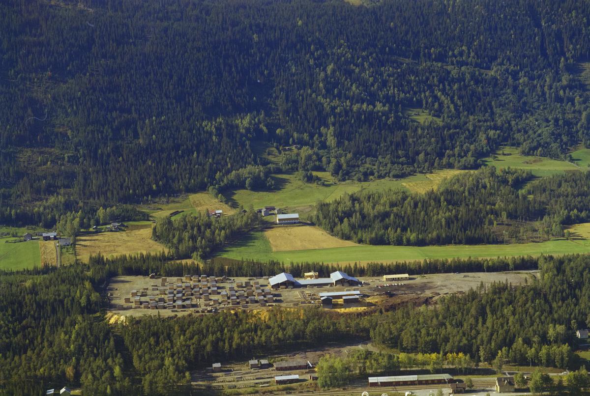 Øyer, Vestsida med Bruvoll Sag og Høvleri. Øyer Jernbanestasjon og jernbanelinje i forgrunnen, skog.
