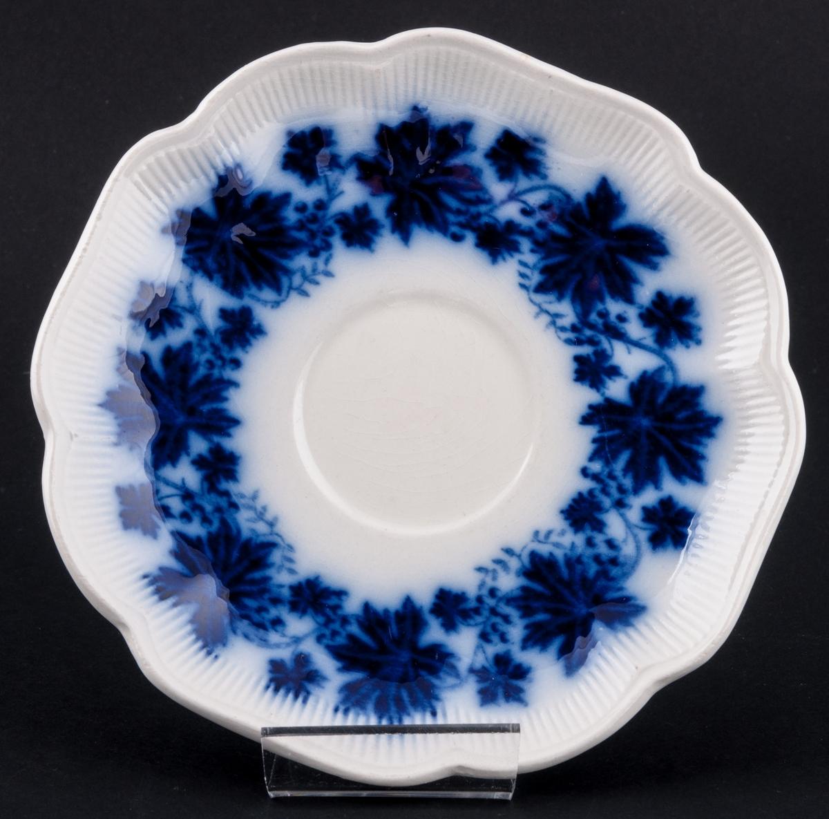 Fat till kopp, 4 st, formgivna av Arthur Percy för Gefle Porslinsfabrik. Bräm med vågig kant. Dekor: Vinranka, blå.