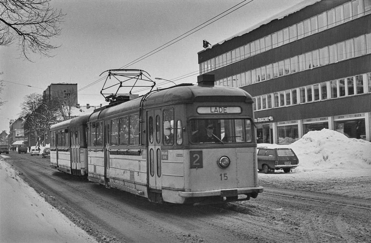 Trikk på linje 2 til Lade i Elgesetergate i Trondheim. Trondheim Sporvei vogn 15.