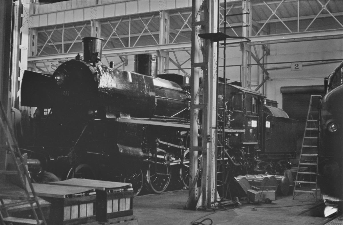 Et nyrevidert damplokomotiv type 26c nr. 411 i lokomotivstallen på Marienborg etter fullført HR (hovedrevisjon), som det siste damplokomotiv som fikk HR på Marienborg verksted.