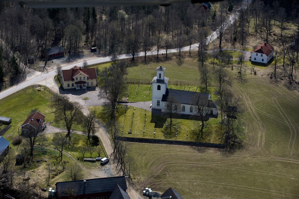 Flygfoto över Södra Solberga kyrka i Vetlanda kommun.