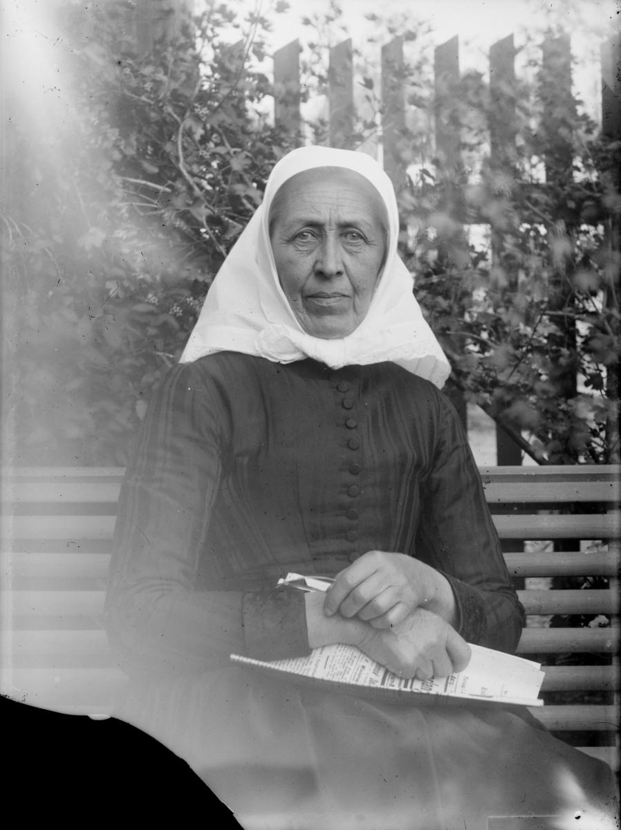 Lise Johannesdatter Skoug født Saksum (1828-1915). Hun var datter av Johannes Fredriksen Saksum (fra Hov i Snertingdal) og Eli Amundsdatter Olstad fra Gausdal. Gift 1.gang med Hans Eriksen Skoug (1810-55) og 2.gang med hans bror Jens Eriksen Skoug (1824-74).
