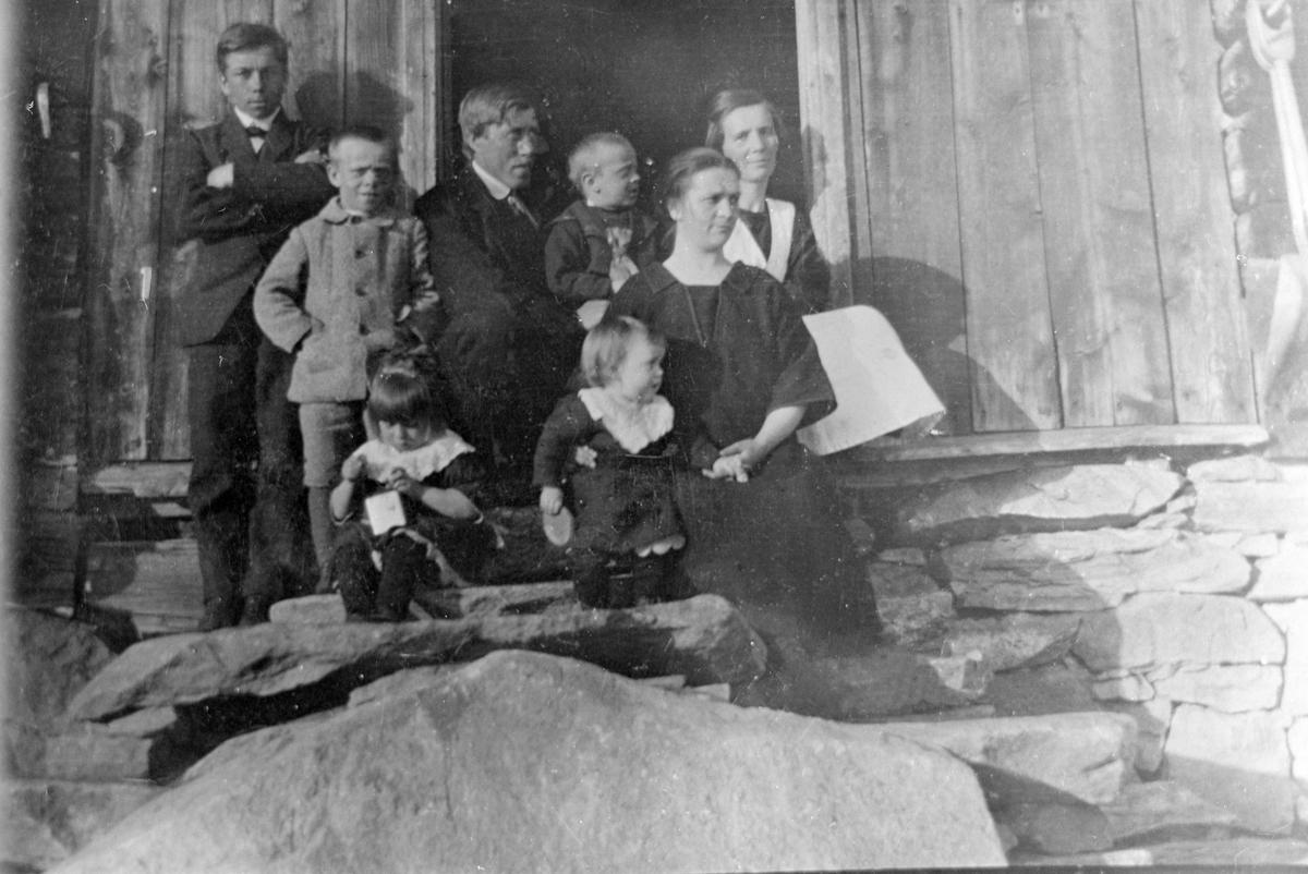 Bjorlihaugen familein samlet på trappa Familiebilde