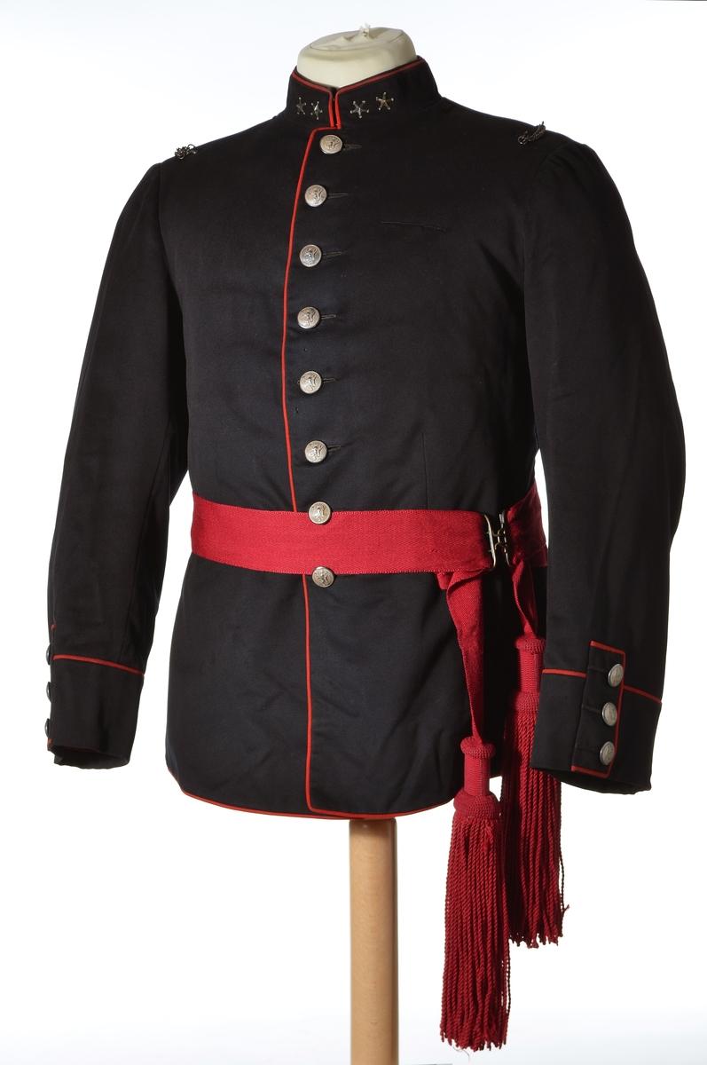 ef845529 Enkeltspent jakke til uniform i mørk blå ull, med rød kanting og  sølvnapper. Åtte