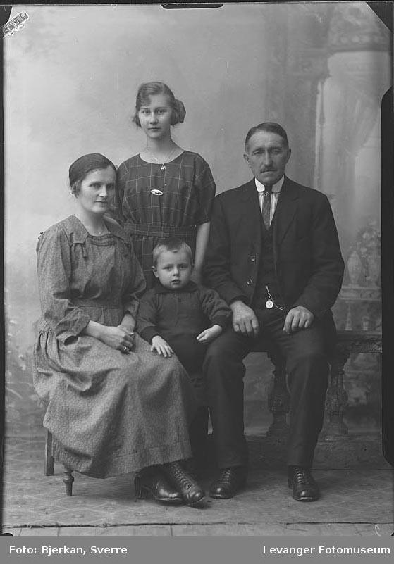 Gruppebilde av familien Vestøy fornavn ukjent
