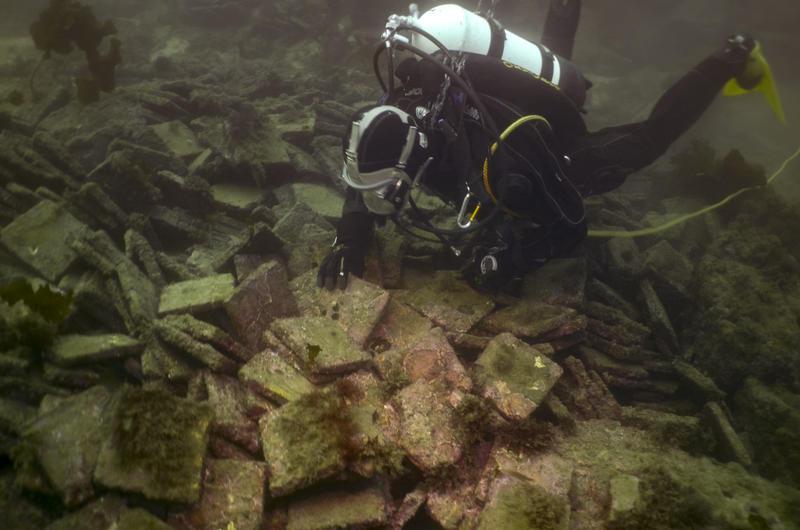 Dykker undersøker vrak under vann. (Foto/Photo)