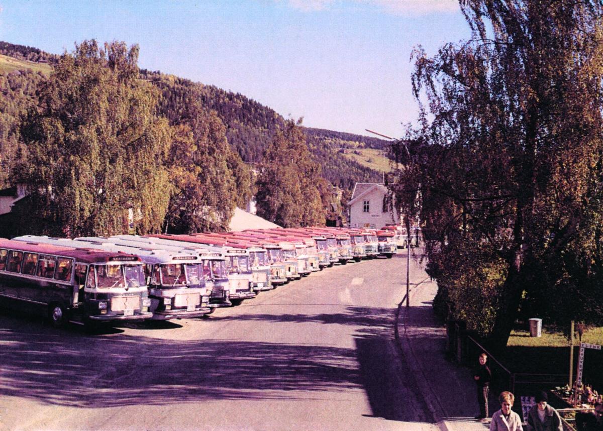 Mange JVB busser oppstilt mot Fagernes jernbanestasjon tidlig høst 1966.
