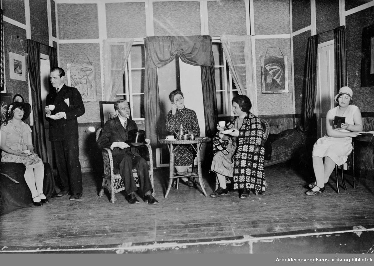 """Oslo Arbeiderteater, Samfundsteatret. Alexander Kiellands enakter: """"På hjemveien"""" fra 1928. Fra v.: ukjent; Pettersen, Aage; Rudaa, Einar; ukjent; Gabrielsen, Azora; Christie, Werna (Gerhardsen)."""