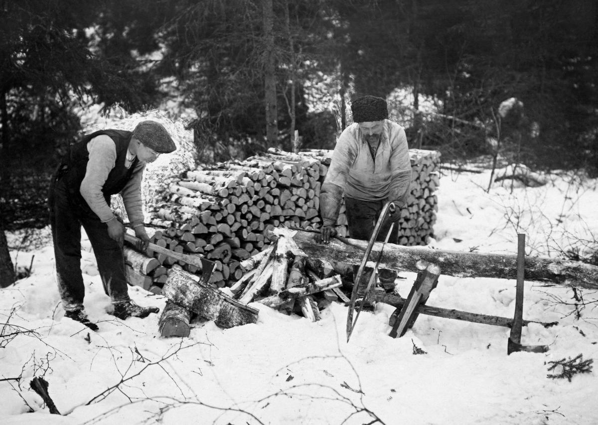 Bilde viser vedproduksjon i Nordmarka vinteren 1919. (Foto/Photo)