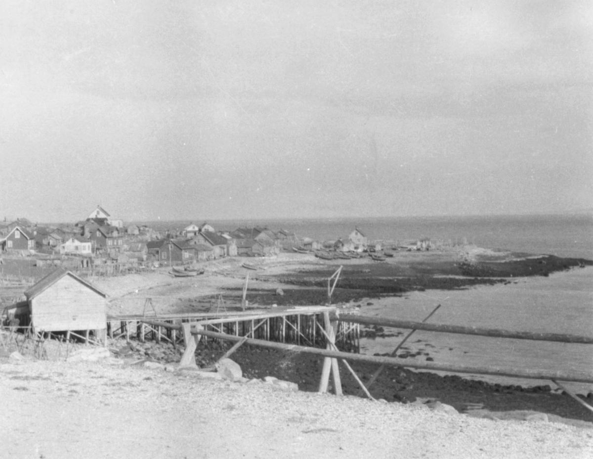 Kiby ned mot fjæra, fotografert østover fra vest. Bildet er tatt i 1941 av en tysk soldat Matthias Schlagwein.