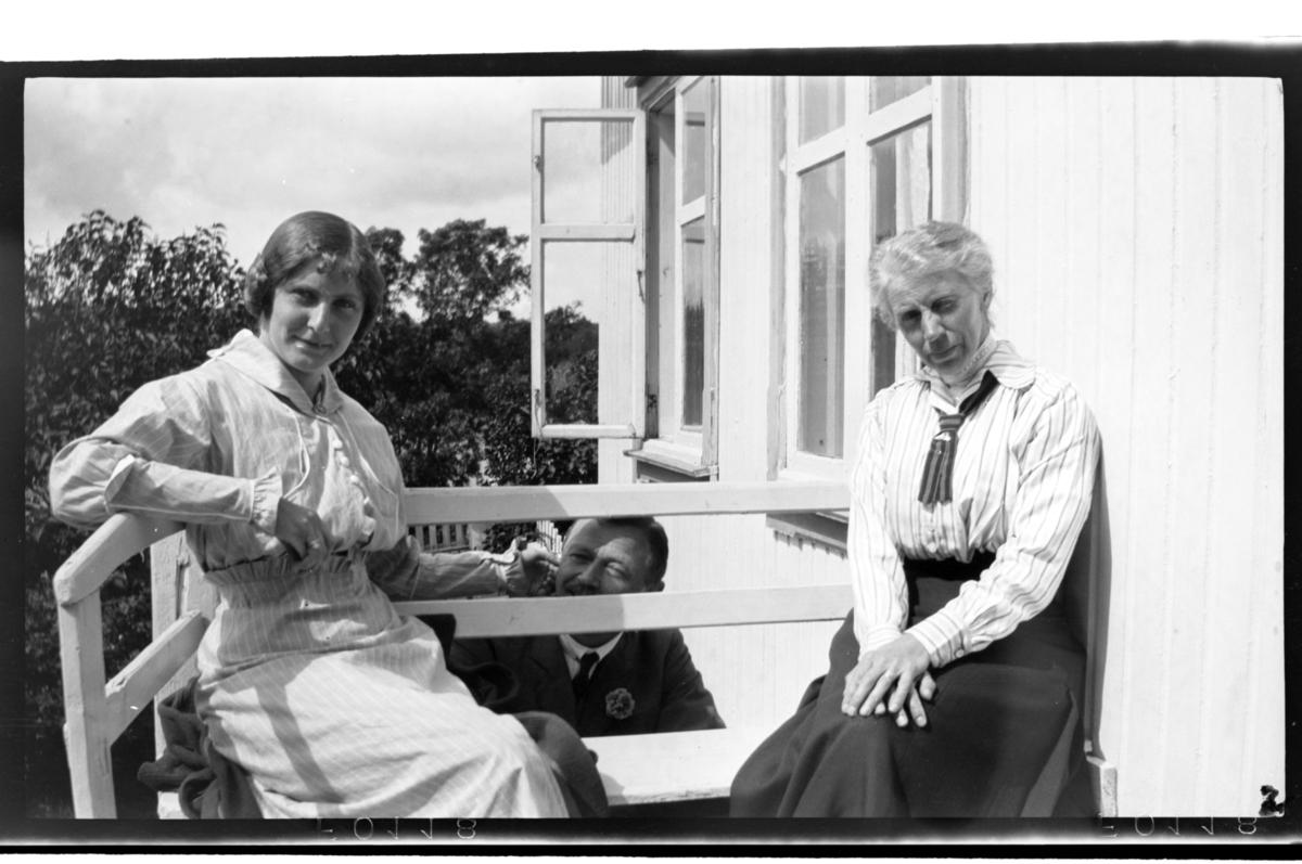 Hilda Sundt Sitter På Verandaen Sammn Med Sin Far Julius Thaulow